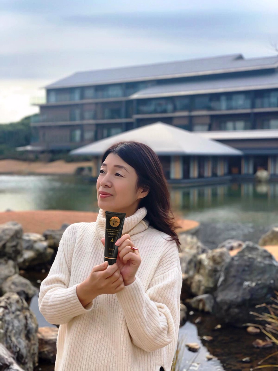 Akiko Yokota seisoo ulkona V10Plus puhdistustuote kädessään.