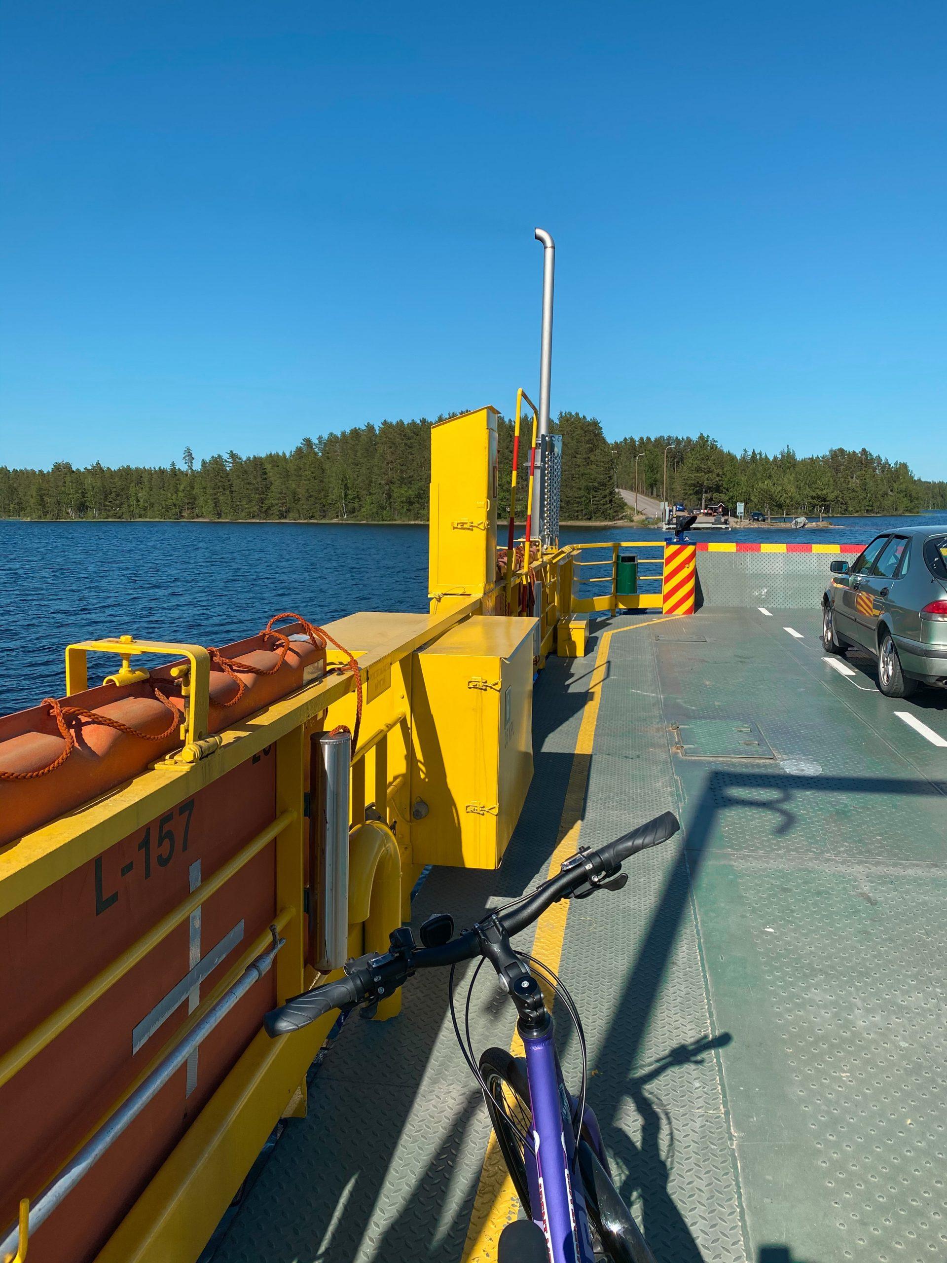 pyörä keltaisessa lossissa järvimaisemassa